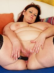 This big housewife loves to play with herself
